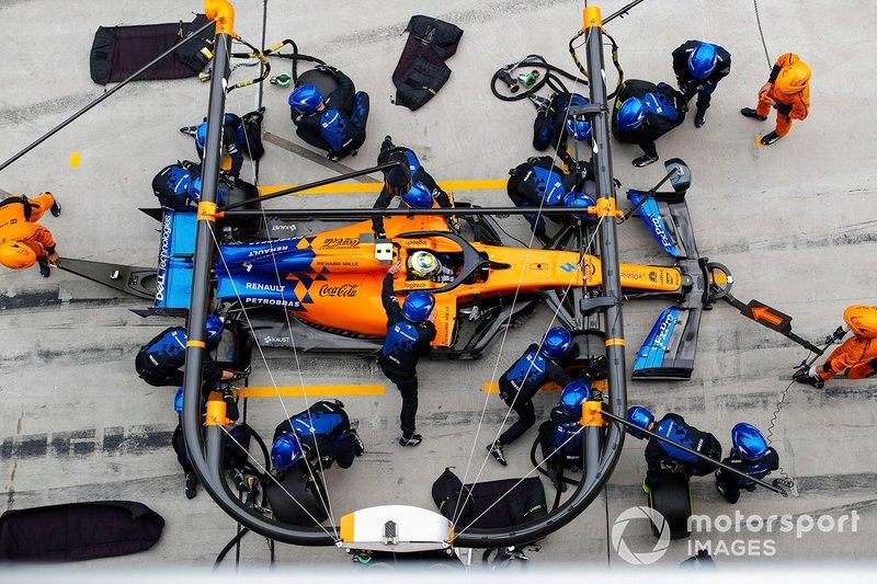 McLaren по ходу пит-стопа в начале гонки (после столкновения с Квятом) сообщает Норрису о планах на гонку