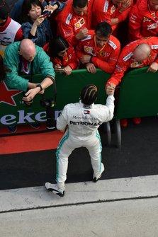 Lewis Hamilton, Mercedes AMG F1, vincitore, parla con il team Ferrari dopo la gara