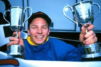 Kimi Raikkonen, Manor Motorsport, mostra i trofei ricevuti per aver vinto tutte le gare del campionato