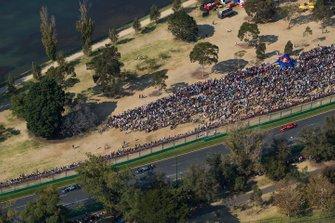 Valtteri Bottas, Mercedes AMG W10, devant Lewis Hamilton, Mercedes AMG F1 W10, et Sebastian Vettel, Ferrari SF90