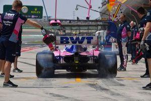 Lance Stroll, Racing Point RP19, dans les stands durant les essais