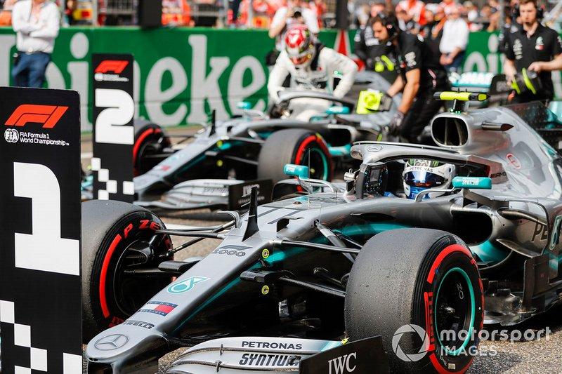 I partenti in prima fila Lewis Hamilton, Mercedes AMG F1, e il poleman Valtteri Bottas, Mercedes AMG F1, arrivano in griglia di partenza, dopo le Qualifiche