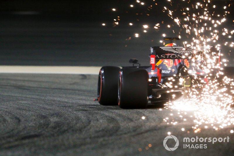 Las chispas vuelan desde la parte trasera del coche de Max Verstappen, Red Bull Racing RB15
