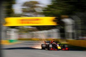 Vonken vliegen van de wagen van Max Verstappen, Red Bull Racing RB15