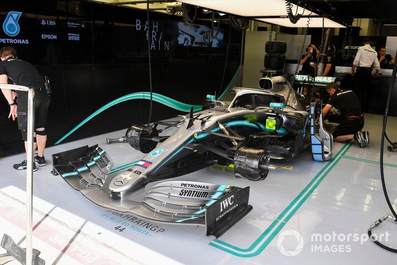 Mercedes AMG F1 W10 nel garage