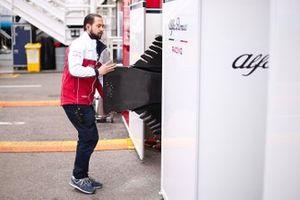 Un membro del team Alfa Romeo Racing con fondo