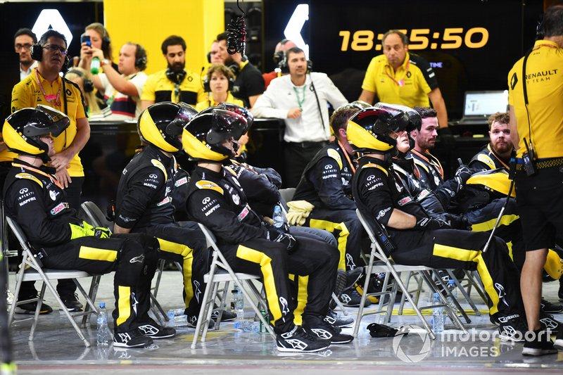 El equipo de boxes de Renault mira con desprecio a las pantallas, ya que la carrera se desmorona en poco tiempo para el equipo