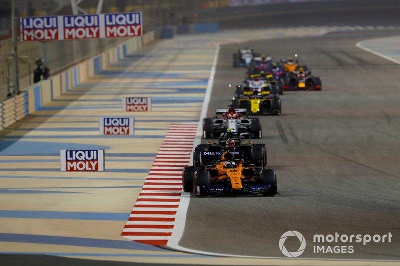 Carlos Sainz Jr., McLaren MCL34, devant Kevin Magnussen, Haas F1 Team VF-19, et Kimi Raikkonen, Alfa Romeo Racing C38