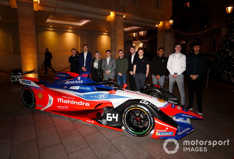 Invitados con el coche de la Fórmula E