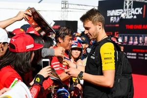 Sergey Sirotkin, Renault signs an autograph for a fan