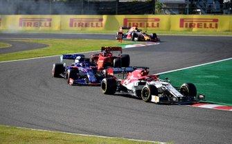 Kimi Raikkonen, Alfa Romeo Racing C38, precede Daniil Kvyat, Toro Rosso STR14, e Charles Leclerc, Ferrari SF90