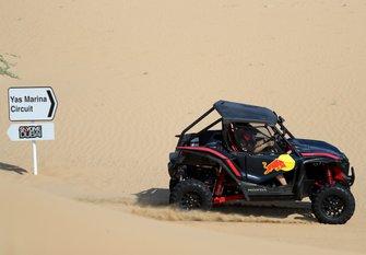 Max Verstappen en Alexander Albon RBR Duel in the Desert