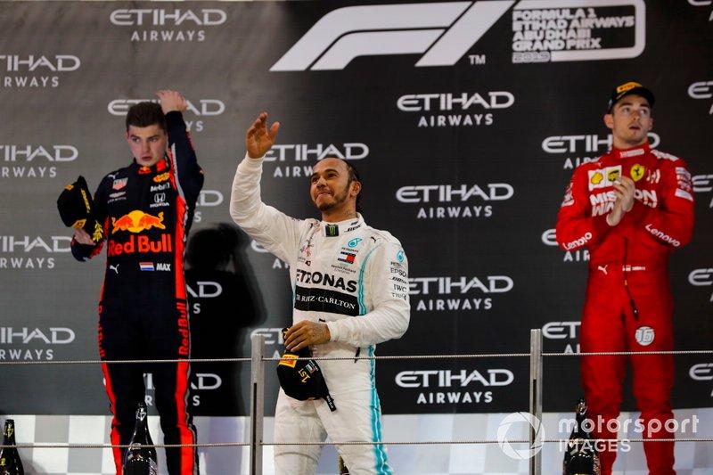 Max Verstappen, Red Bull Racing, secondo classificato, Lewis Hamilton, Mercedes AMG F1, primo classificato, e Charles Leclerc, Ferrari, terzo classificato, sul podio