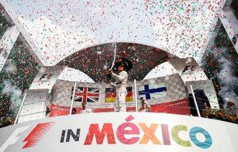 Podium: racewinnaar Nico Rosberg, Mercedes AMG F1 met Champagne