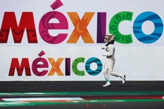 Lewis Hamilton, Mercedes AMG, 1ª Posición, celebra a su llegada al Parque Ferme