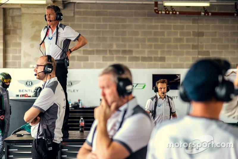 Atmosfera nel garage della Bentley Team M-Sport