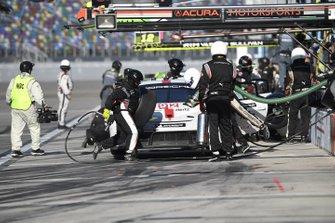 #912 Porsche GT Team Porsche 911 RSR - 19, GTLM: Laurens Vanthoor, Earl Bamber, Mathieu Jaminet pit stop