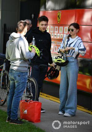 Шарль Леклер едет на велосипеде по трассе в Альберт-Парке со своей девушкой Шарлоттой Сине