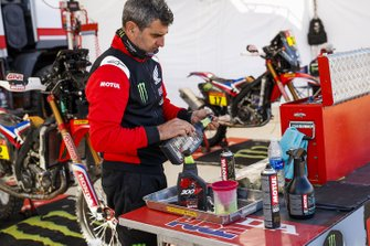Un mécanicien Monster Energy Honda Team au travail