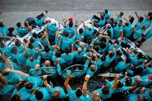 Team Mercedes festeggia la vittoria della gara e del trofeo dei costruttori