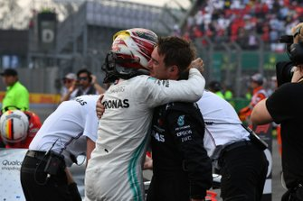 Lewis Hamilton, Mercedes AMG F1, vainqueur, fête sa victoire dans le parc fermé