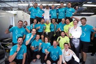 Lewis Hamilton, Mercedes AMG F1, festeggia la vittoria del titolo mondiale con il team