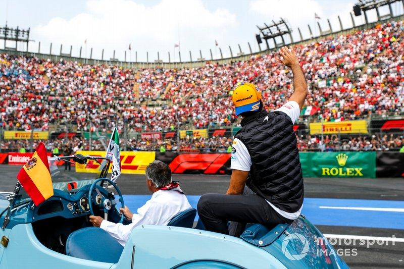 Carlos Sainz Jr, McLaren, en el desfile de pilotos