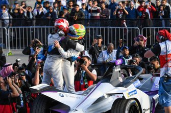 Alexander Sims, BMW I Andretti Motorsports, 1st position congratulates Maximilian Gunther, BMW I Andretti Motorsports, BMW iFE.20, 2nd position