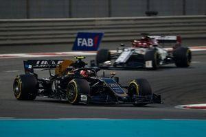 Kevin Magnussen, Haas F1 Team VF-19, Kimi Raikkonen, Alfa Romeo Racing C38