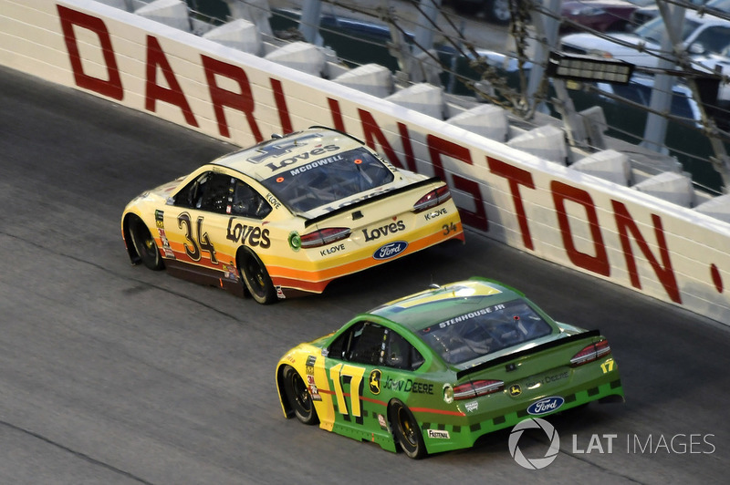Michael McDowell, Front Row Motorsports, Ford Fusion Love's Travel Stops e Ricky Stenhouse Jr., Roush Fenway Racing, Ford Fusion John Deere