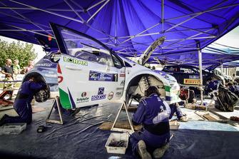 Meccanici Peugeot Sport Italia al lavoro sulla Peugeot 208 T16 R5 di Paolo Andreucci e Anna Andreussi, Peugeot Sport Italia