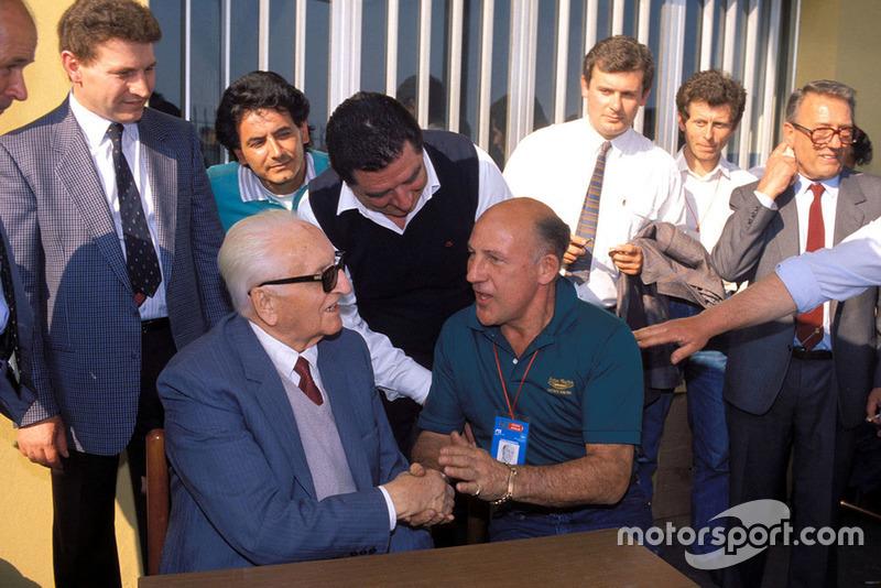 Modena 1987, Enzo Ferrari con Stirling Moss, durante el desfile de veteranos de Mille Miglia en la fábrica Scaglietti