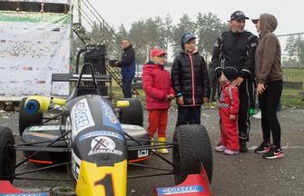 Олександр Левинський з родиною перед нагородженням