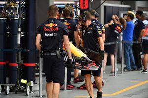 Meccanici Red Bull Racing con l'ala anteriore di una Red Bull Racing RB14