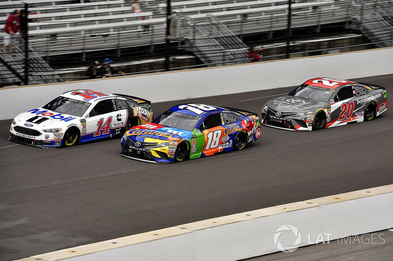 Clint Bowyer, Stewart-Haas Racing, Ford Fusion Mobil 1/Rush Truck Centers, Kyle Busch, Joe Gibbs Racing, Toyota Camry M&M's Caramel, and Erik Jones, Joe Gibbs Racing, Toyota Camry buyatoyota.com