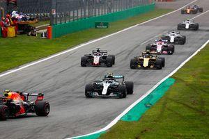 Max Verstappen, Red Bull Racing RB14, devant Valtteri Bottas, Mercedes AMG F1 W09, Carlos Sainz Jr., Renault Sport F1 Team RS 18, Romain Grosjean, Haas F1 Team VF-1, Esteban Ocon, Racing Point Force India VJM11, et le reste du peloton au départ