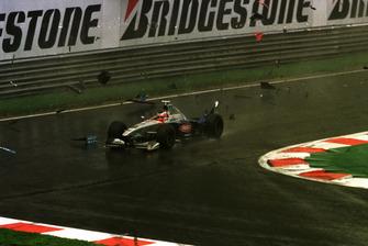 Shinji Nakano, Minardi M198, avanza tra i detriti dopo il contatto con Giancarlo Fisichella, B198