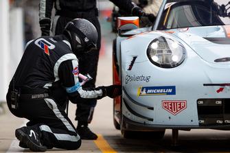 #86 Gulf Racing Porsche 911 RSR, mechanic at work