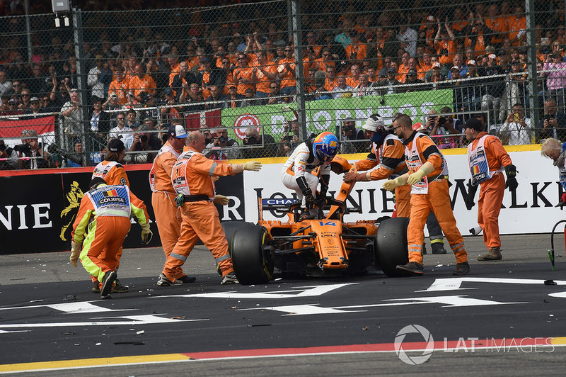 Fernando Alonso, McLaren MCL33 getting out of his crashed car