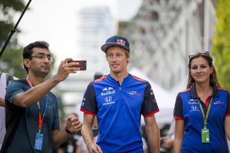 Brendon Hartley, Scuderia Toro Rosso prend une photo avec un fan