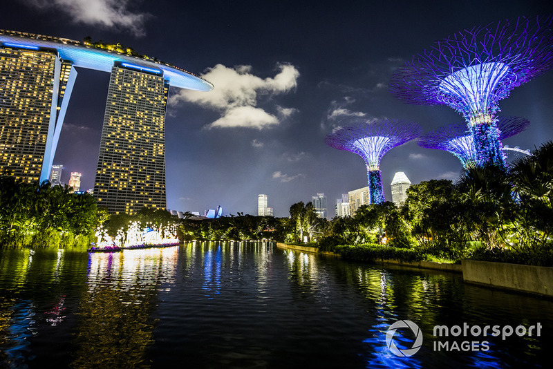 L'hôtel Marina Bay Sands et les jardins de Singapour illuminés