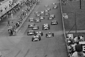 Клей Регаццони, Ferrari 312B уезжает от Жаки Икса, Ferrari 312B и обладателя поул-позиции Йохена Риндта, Lotus 72C, на старте гонки