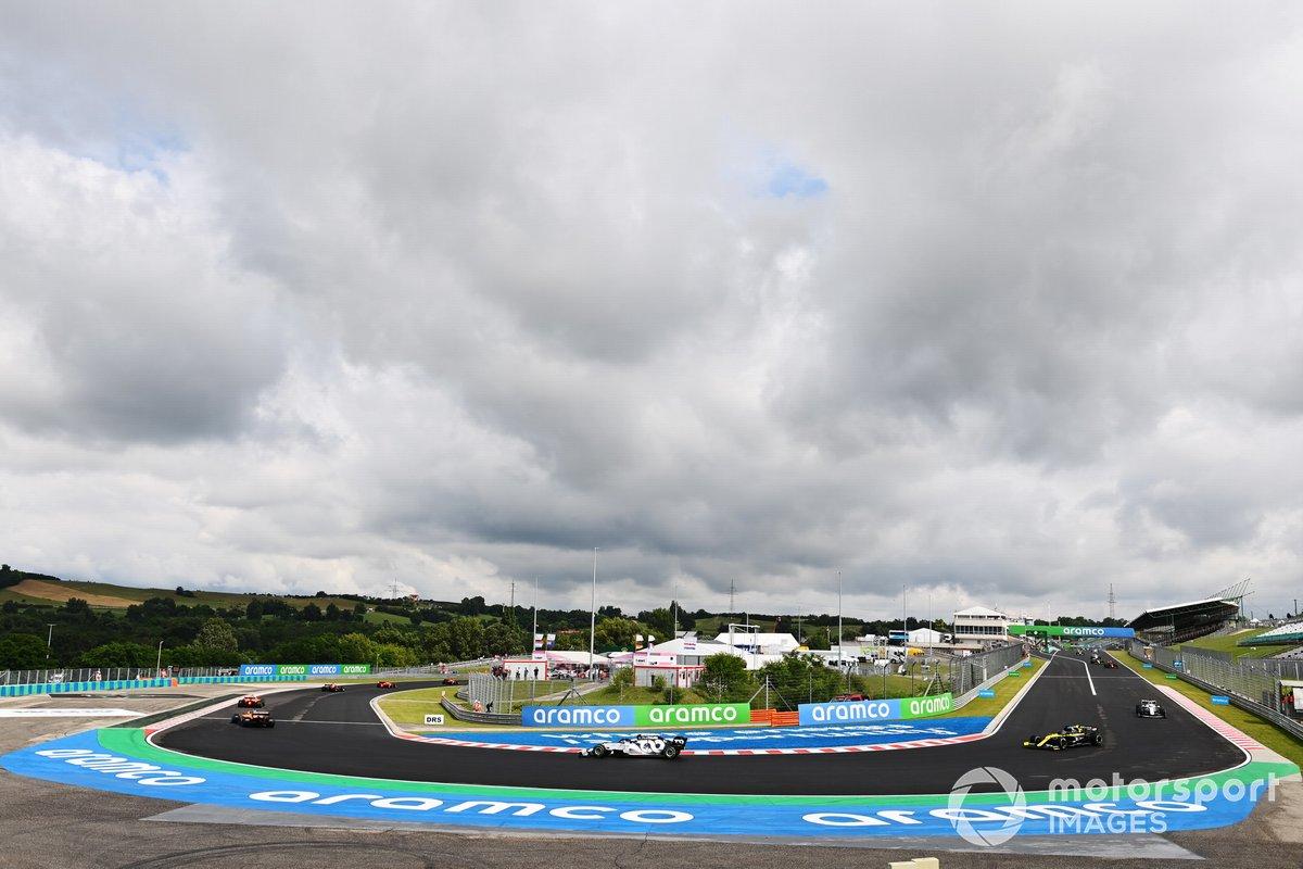 Carlos Sainz Jr., McLaren MCL35 Pierre Gasly, AlphaTauri AT01 y Daniel Ricciardo, Renault F1 Team R.S.20 en la vuelta de formación