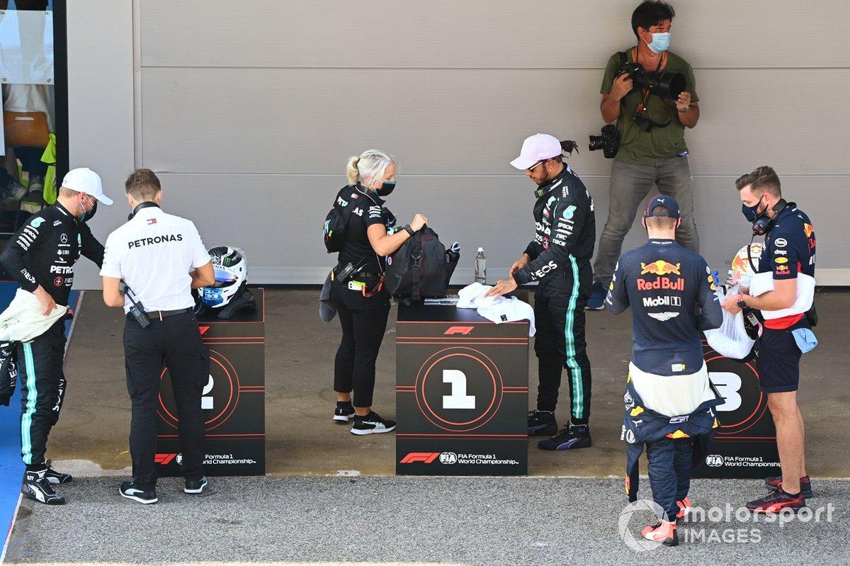 Ganador de la pole Lewis Hamilton, Mercedes-AMG Petronas F1, segundo Valtteri Bottas, Mercedes-AMG Petronas F1, tercero Max Verstappen, Red Bull Racing