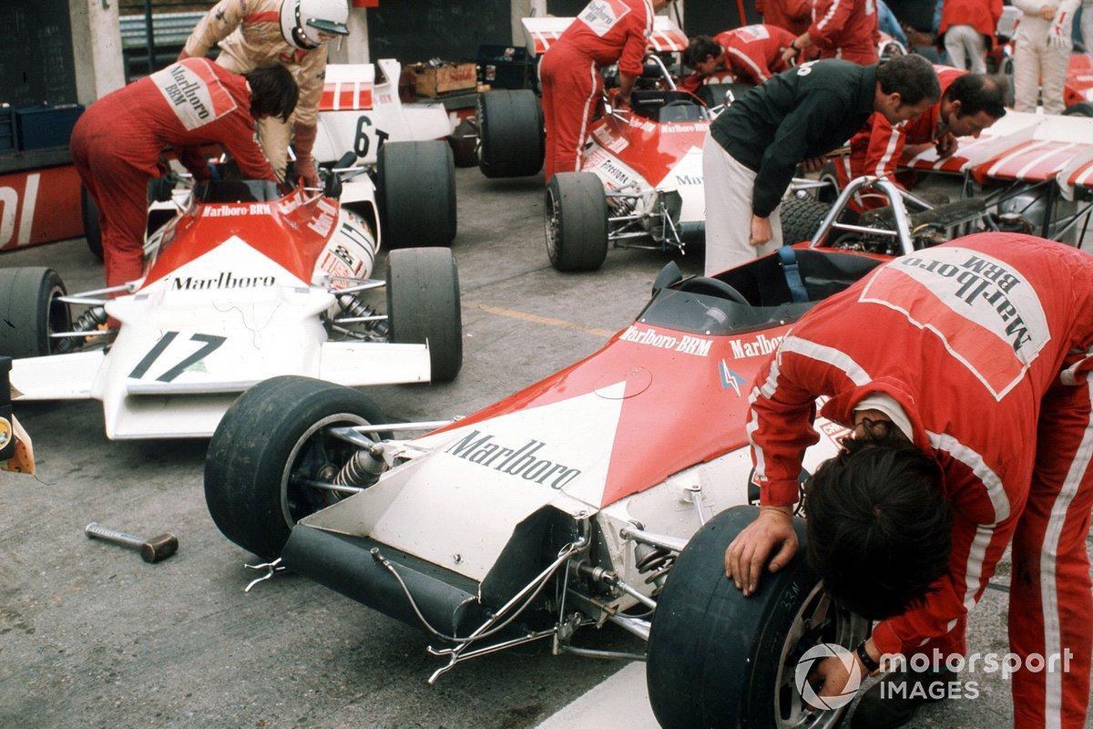 El equipo Marlboro BRM en el pit lane