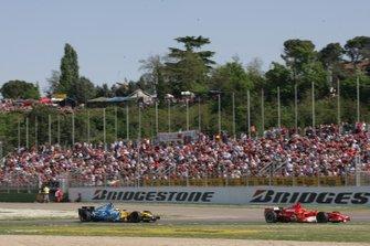 Михаэль Шумахер, Ferrari 248F1, и Фернандо Алонсо, Renault R26