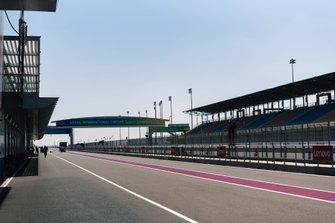 Boxengasse des Losail International Circuit in Katar