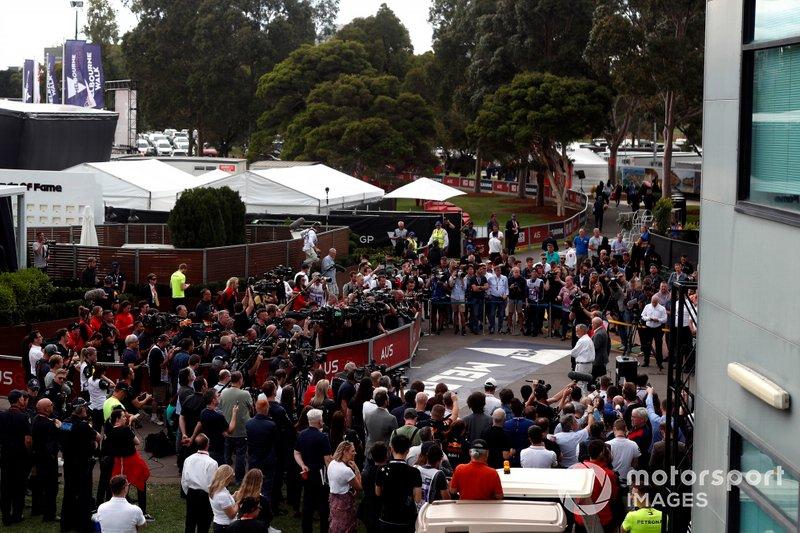 Todos los medios que cubrían el evento atienden las explicaciones de la cancelación del GP de Australia