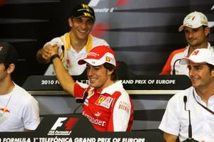 Fernando Alonso, Ferrari shakes hands with Vitaly Petrov, Renault