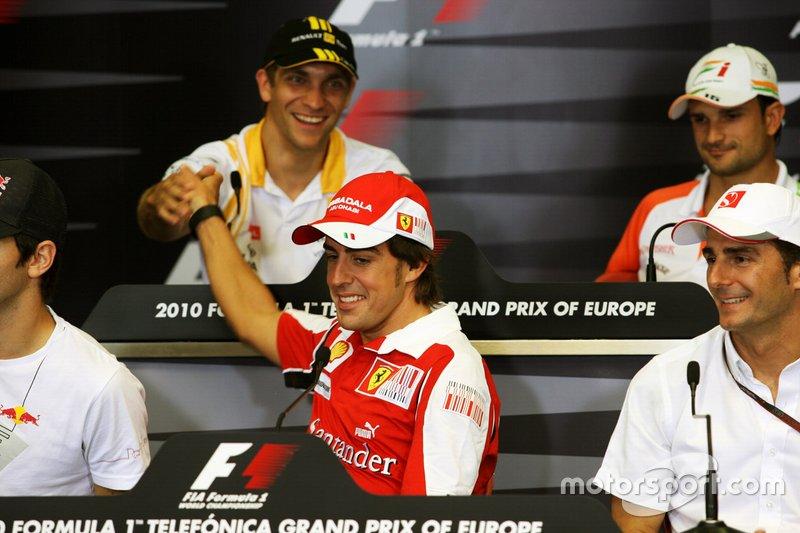 Fernando Alonso, Ferrari stringe la mano a Vitaly Petrov, Renault nel GP d' Europa del 2010